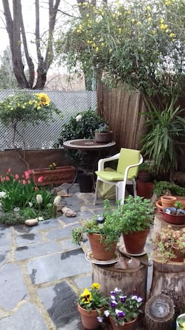 Habitación privada en casa con jardín a 20' aerop.
