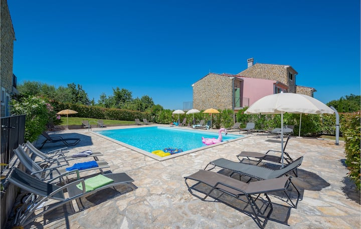 Stunning home in Baredine with WiFi and 3 Bedrooms