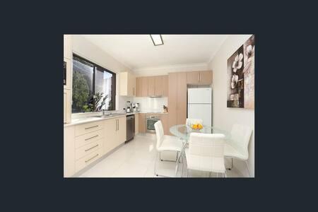 Clean & Modern Unit, easy access airport & City. - Carlton - Apartemen