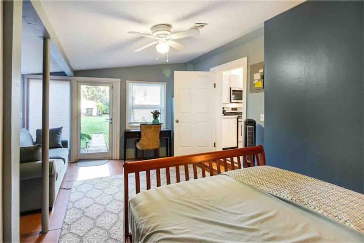 Large Bedroom in Great FT Lauderdale Neighborhood