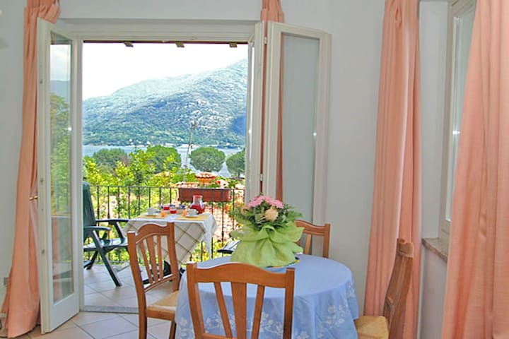 Peacefully situated apartment with private beach