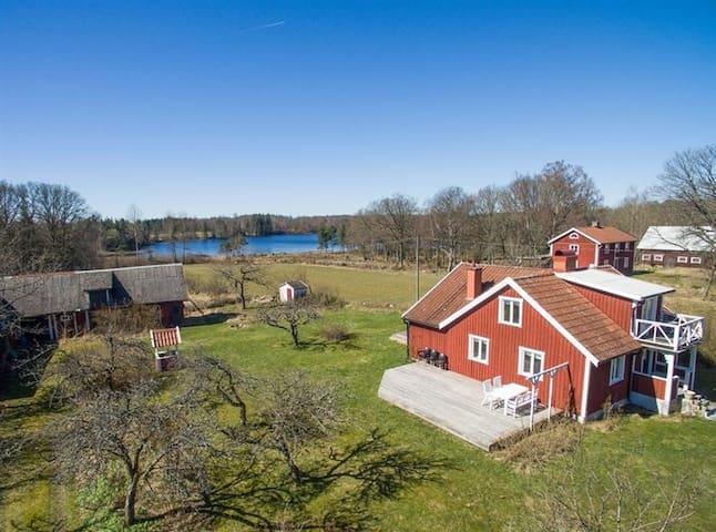 Hübsches, rotes Haus mit Seeblick in Südschweden - Östergöl