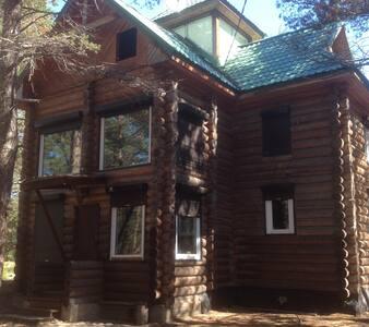 Байкал-клуб. Семейная комната с видом на сад.