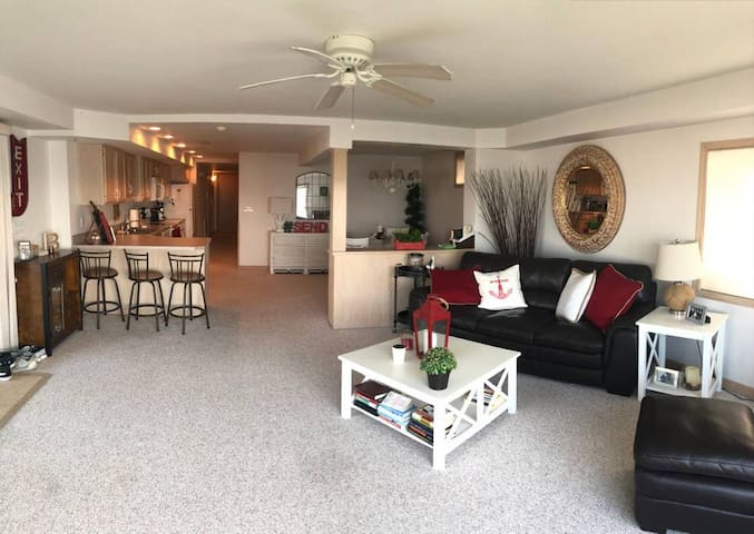 Lake Condo- Spacious 2 bedroom, unit #3