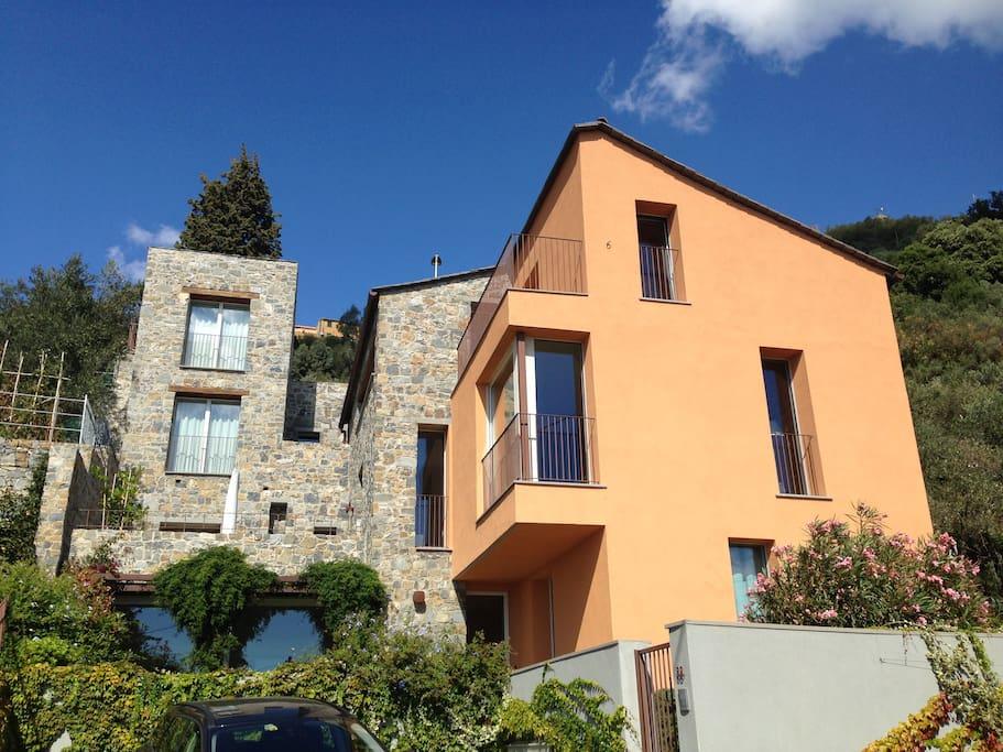 La torretta a sinistra del fabbricato. The stone tower in the left side