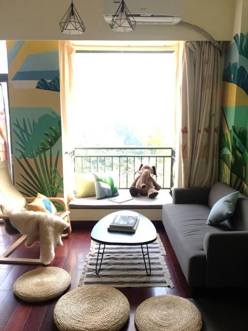 我们的客厅,有大大的飘窗台