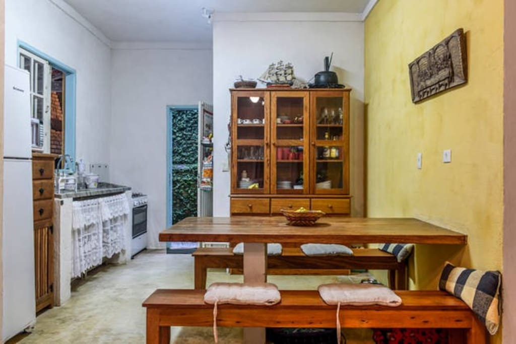 Cozinha e mesa de jantar / Kitchen and dining table