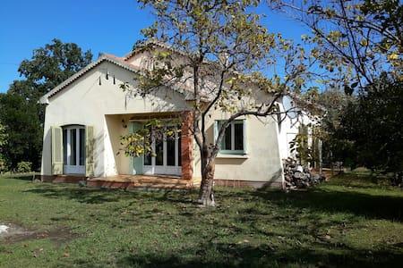 Villa au calme sur grand terrain - Haus