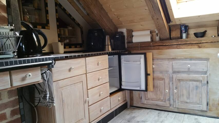 Wasserkocher, Kühlschrank, Kaffeemaschine, zwei Elektroplatten