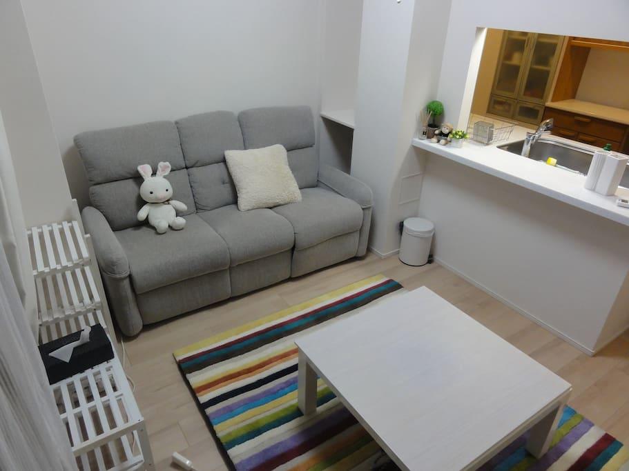 滞在中はリラックスして頂けるように、シンプルな色彩にこだわりました。差し色代わりの絨毯はお気に入りです☆