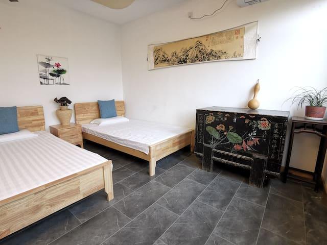二楼卧室有两个2x1.2米的实木床,窗外天然湖水碧波荡漾鸳鸯戏水鸟语花香,清晨悦耳鸟鸣,人与自然和谐共生