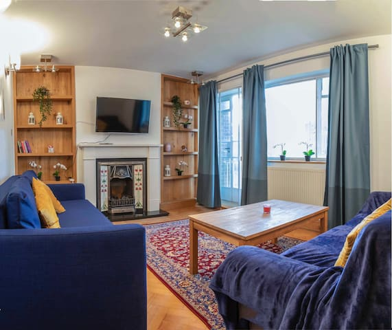 Glamorous, colourful, charming one bedroom flat