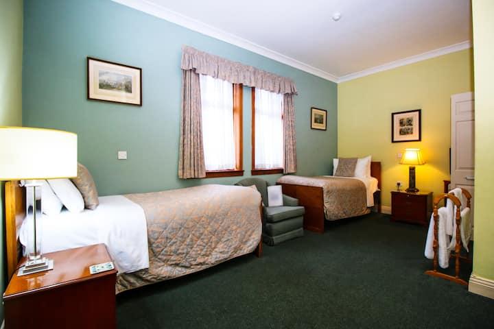 Large Twin Room near Bellahouston Park Glasgow
