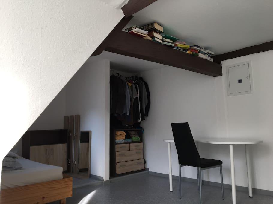 Schlafzimmer mit zwei gemütlichen Betten und Platz für den Laptop