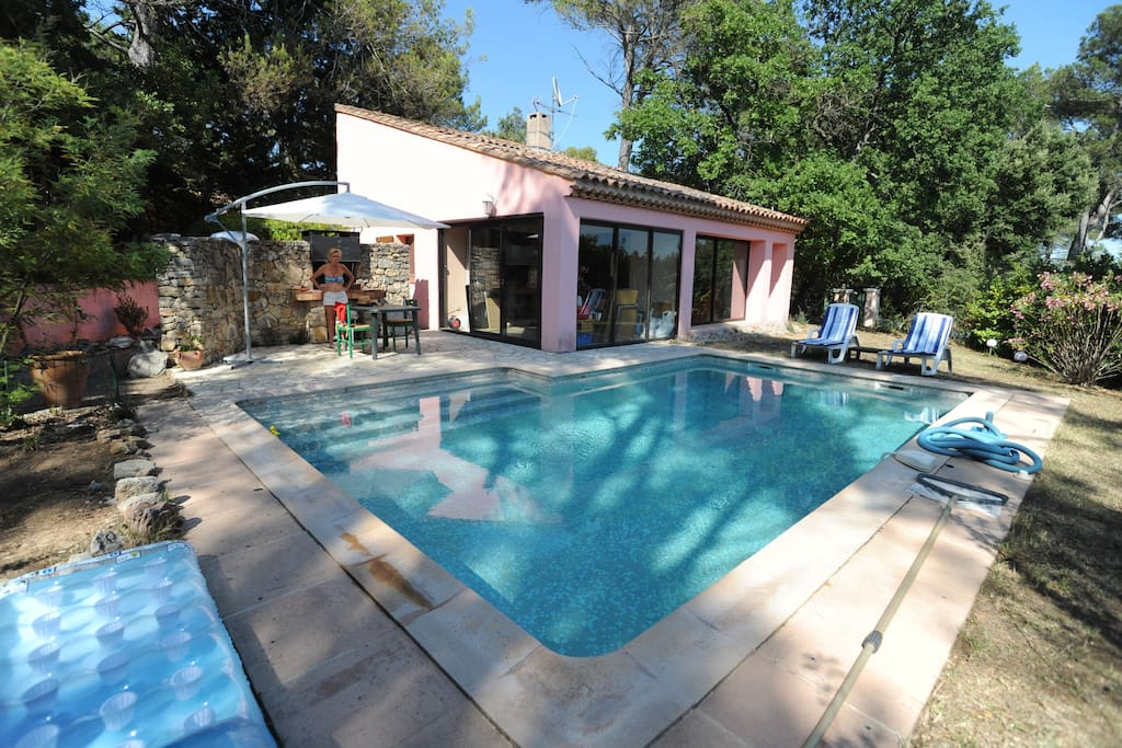 Jolie villa avec piscine dans un golf 18 trous villas for Piscine de brignoles