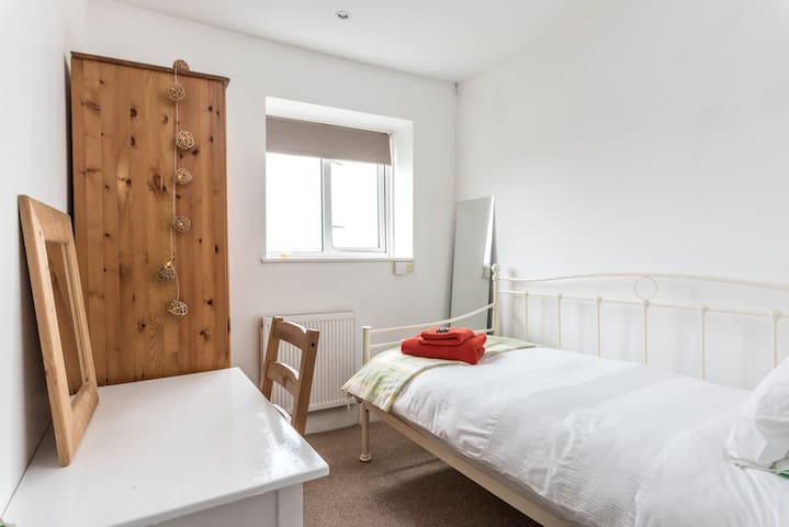 Bright, Airy Single Room with Great Views nr Unis
