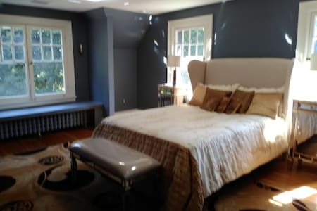 Master suite with private bath in historic home - Huis