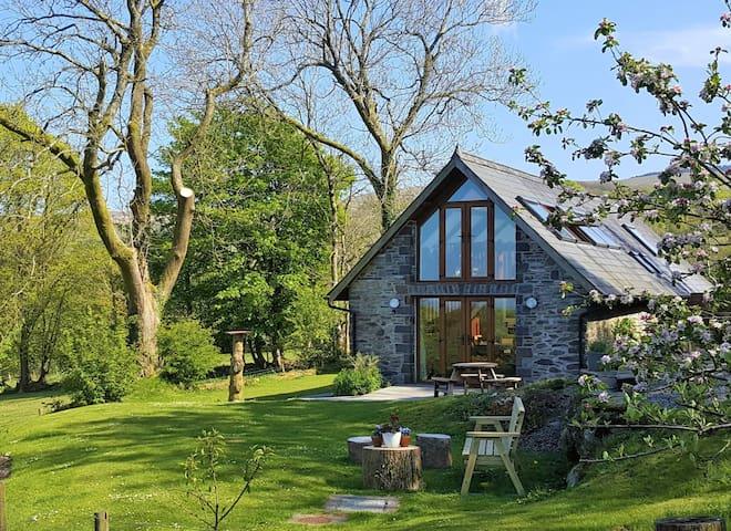 Superb Detached Cottage - garden wifi dog friendly