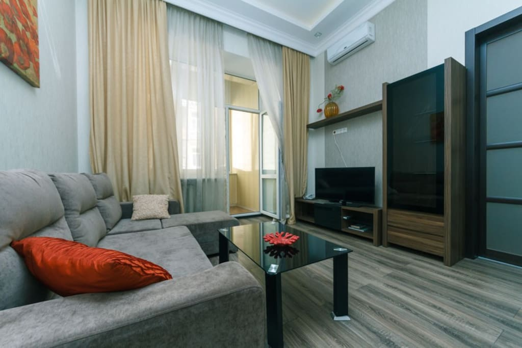 Here, high ceilings, separate kitchen and separate bathroom, large double bed, orthopedic mattress, corner sofa bed, air conditioning, large flat screen TV, internet WI-FI.