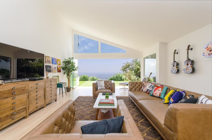 NEW LUXE Home Steps from Runyon Canyon - POOL/VIEW