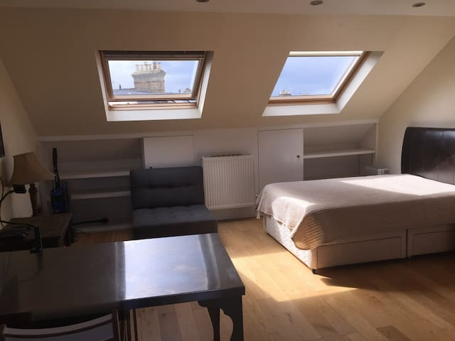 Studio Flat with a bathroom shared with one person