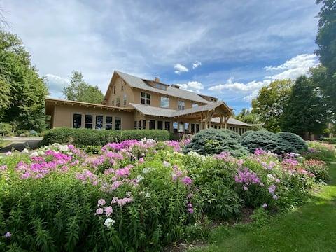 ★Beautiful Lake Resort★ Historic 2 Bdrm Suite