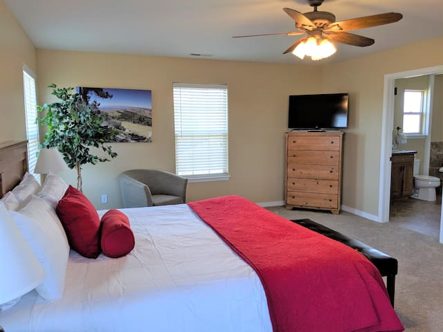 ♡Juniper I - Romantic home w/garage, TV in Bedrm, pet friendly, Patio & BBQ