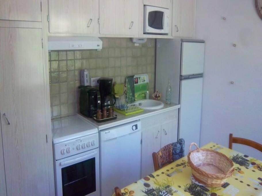 Cuisine toute équipée (lave vaisselle, senseo, cafetière, four, grille pain etc).