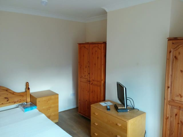 Lovely room close to Heathrow & T5 - Stanwell