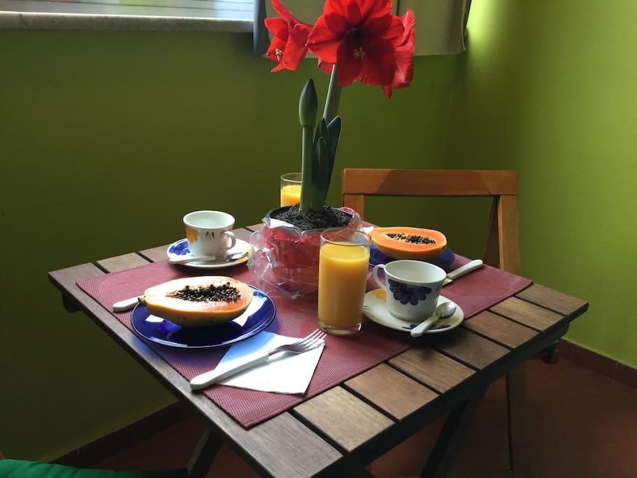 Que tal começar bem o dia?Prepare o seu café na varandinha. Temos mais uma mesa dessas para grupos maiores. Prepair your breakfast on  the balcony.