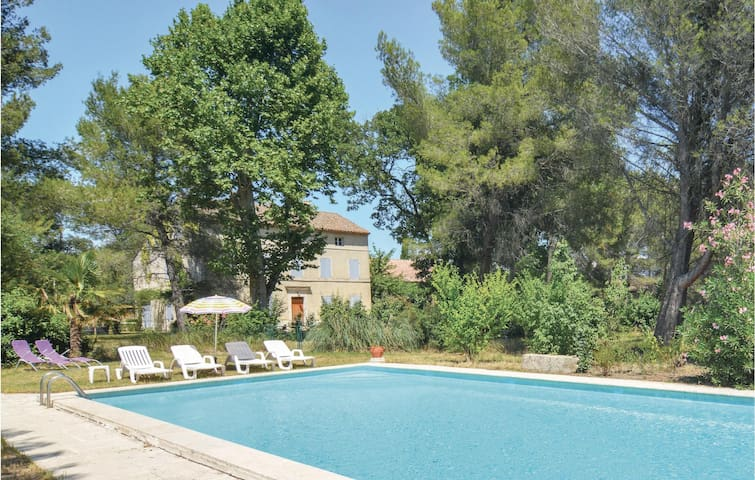 Amazing apartment in Saint-Rémy-de-Provence with Outdoor swimming pool, WiFi and Outdoor swimming pool