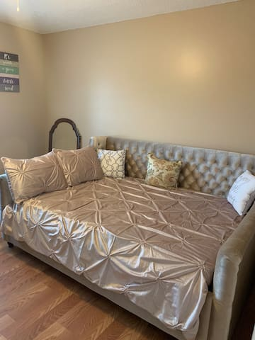 Fully Renovated Cozy Corner Lot- Daybed Room