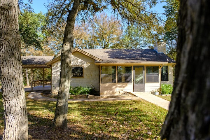 Cozy guest house on 10 acre ranch with Oak trees