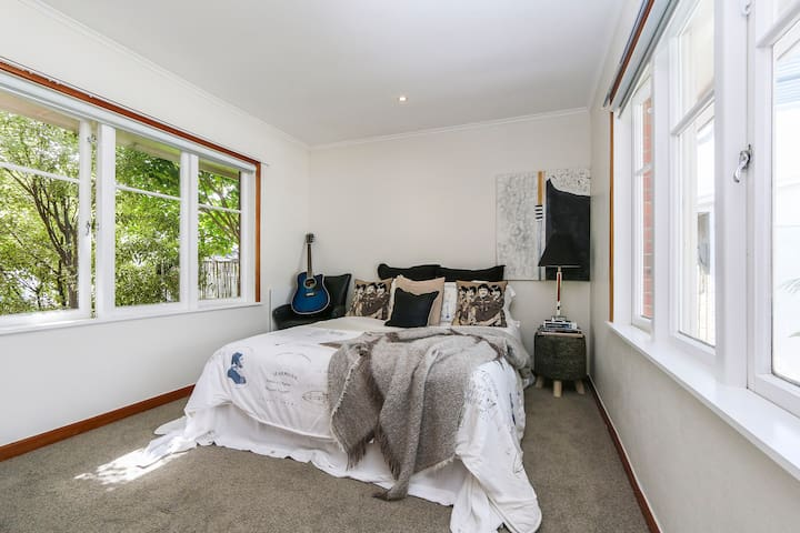 King Size Bed: Humariri Street, Point Chev - Auckland - Dom