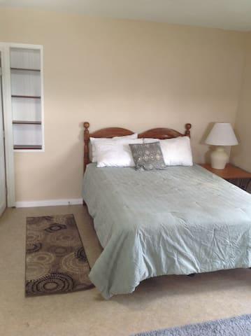 3 bedroom house near Marathon Park- pet ok