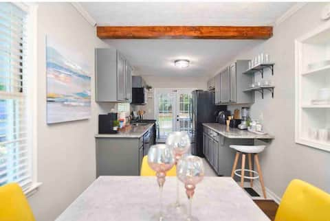 Stylish renovated ranch. Minutes from the airport