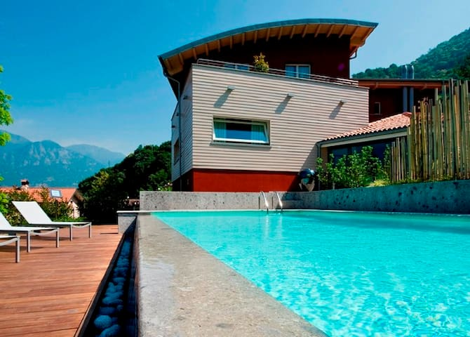 Hotel con vista lago immerso nella natura