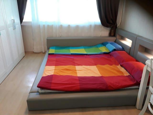 3인용 침대가 준비된 큰방