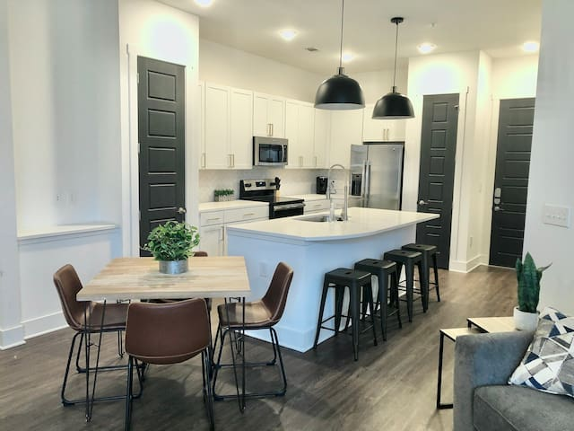 Lux Condo in Heart of Nashville-Free Parking!