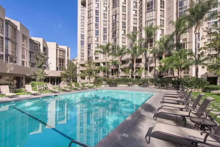 Luxury Apt in Downtown LA_Master bedroom,pool, gym