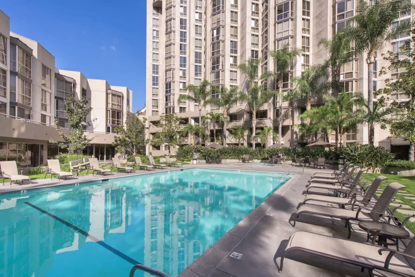 You will stay in a secure, luxury apartment building complex and enjoy the heated pool, gym, jacuzzi, sauna, BBQ and other amenties