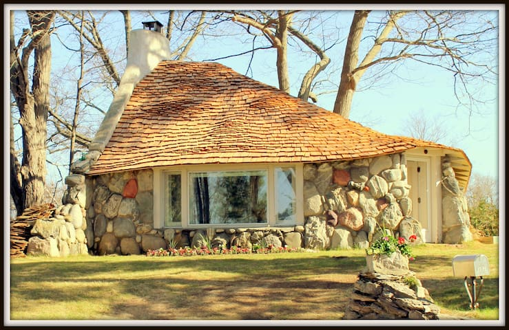 INHABIT A HOBBIT HOUSE! - Charlevoix - 一軒家