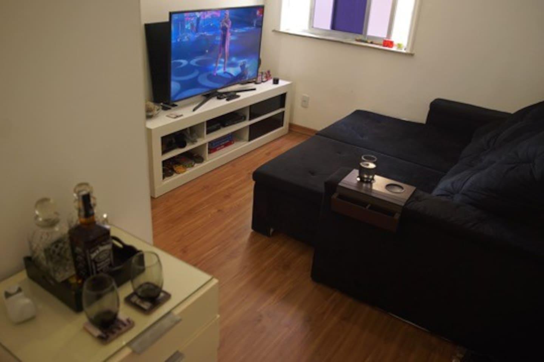 Sala, com sofá retrátil e inclinável, tv 55 polegadas com net e Wi-Fi