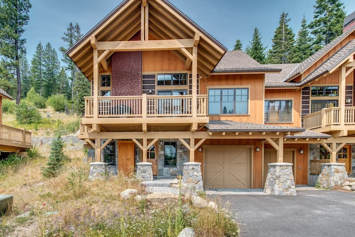 Ski-in/Ski-out cabin w/firepit, shared pool/hot tub & views