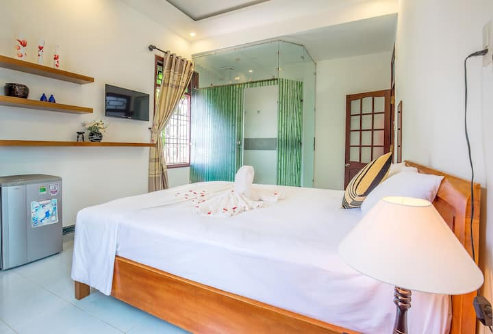 Room: 1 King bed with balcony, garden view