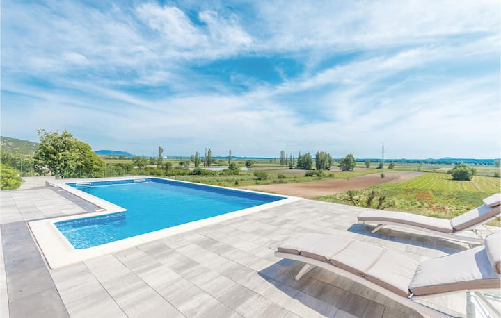 Stunning home in Kakma with Sauna, WiFi and 4 Bedrooms