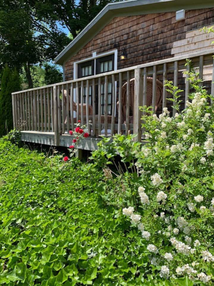 Adorable Bungalow, Walk to Downtown Mystic!