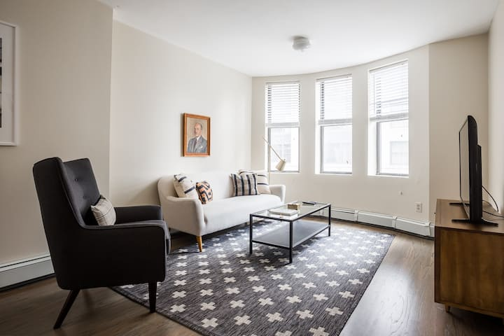 Lux Downtown Flat - Large Open Layout - Fast Wifi