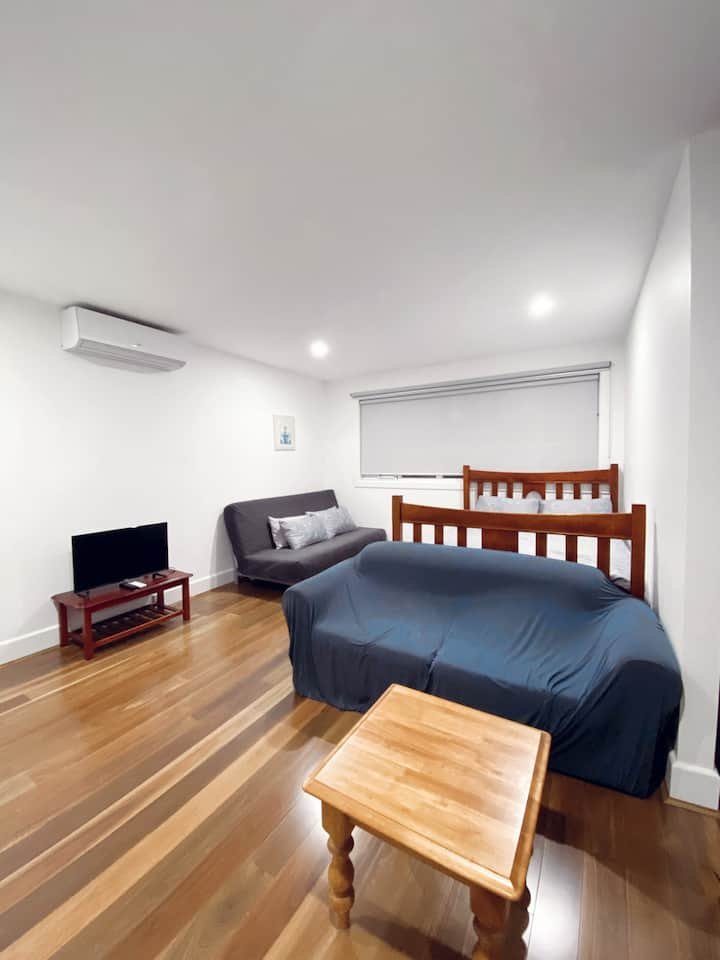 Brand new luxury Studio +Parking 3.5kms from CBD