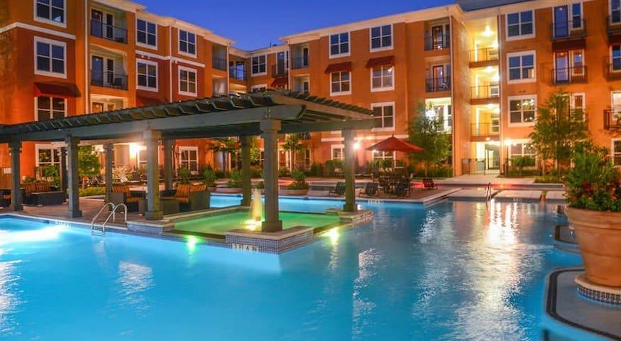 Huge 1 bedroom, Pool View, Reserved Parking Spot